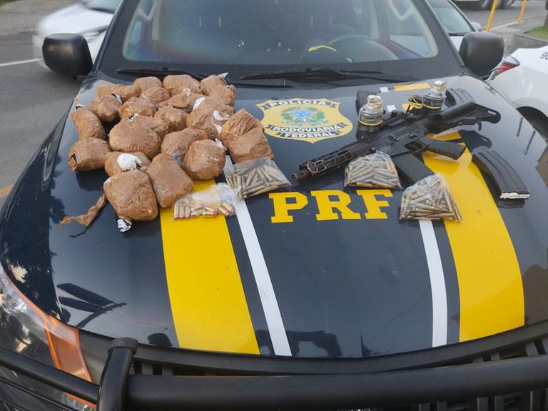 Imagem das drogas e armas apreendidas pela PRF
