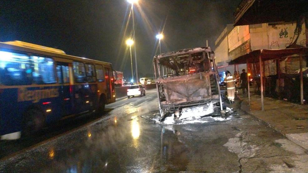 ônibus atingido pelo incêndio