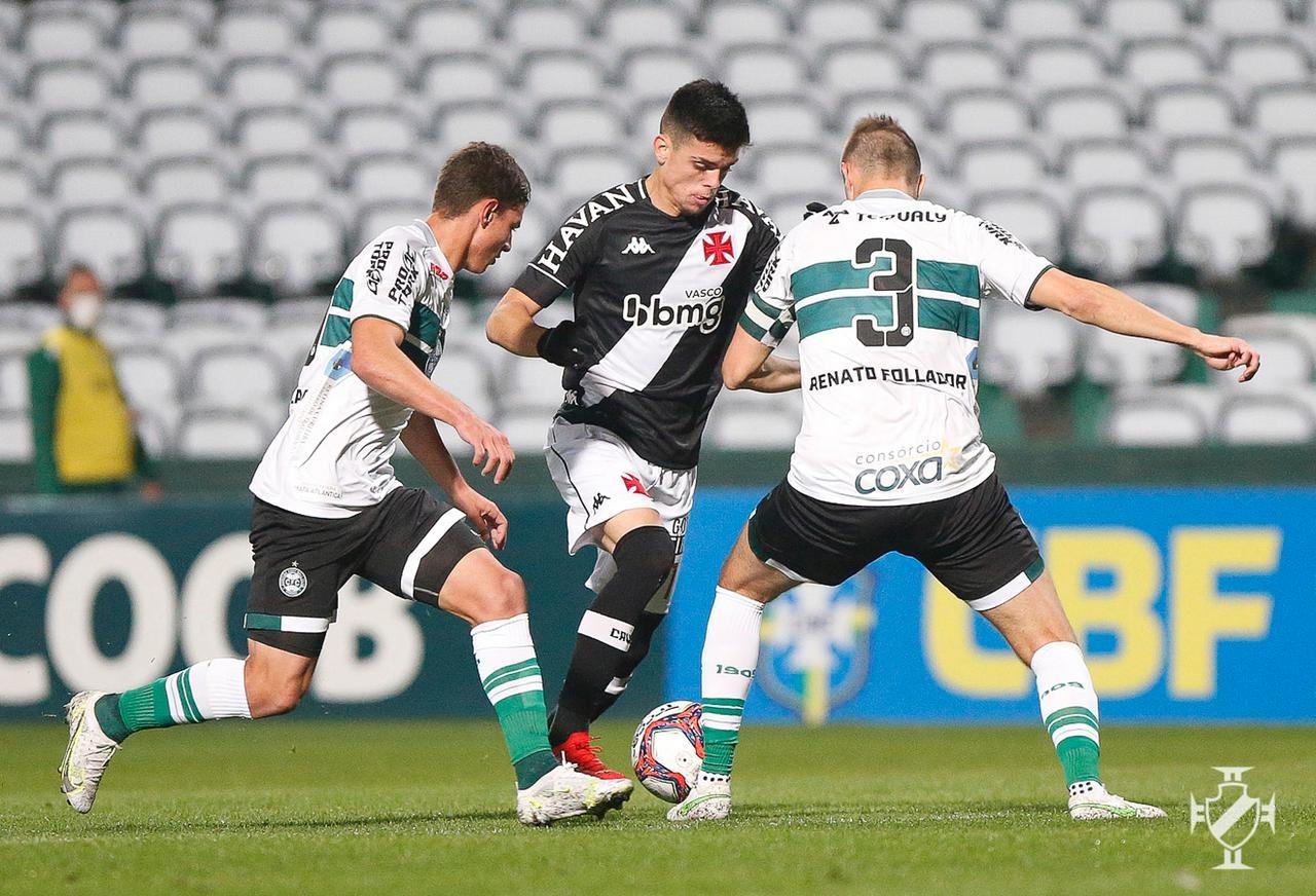 Gabriel Pec, com a bola, tenta se livrar da marcação de dois jogadores do Coritiba, em jogo pela Série B