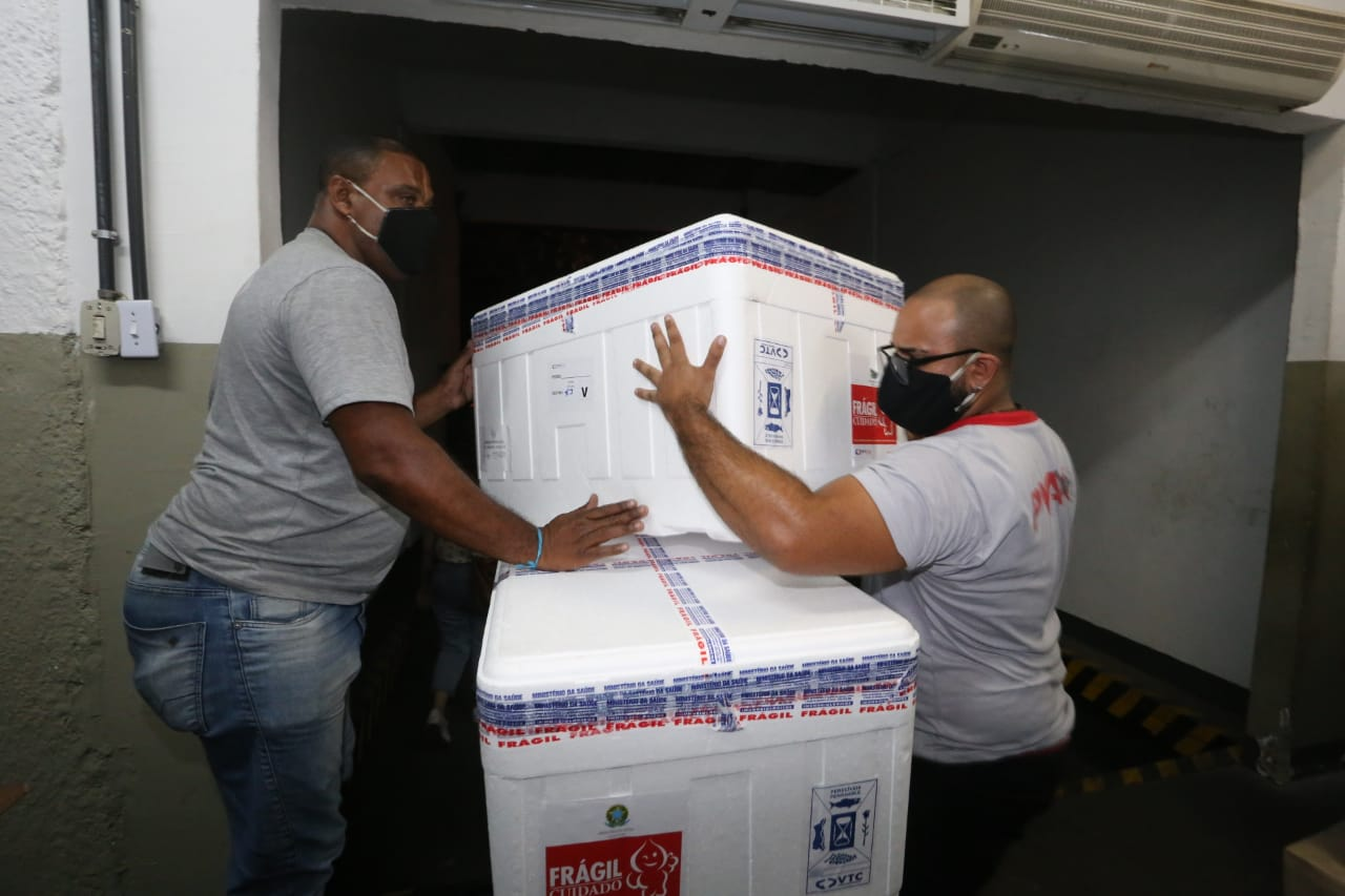 Carregadores atuam no transporte das vacinas. Foto: Maurício Bazílio/ Divulgação SES
