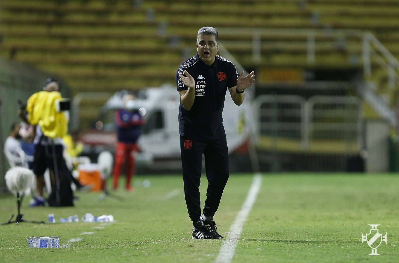 De camisa preta, Marcelo Cabo orienta o time do Vasco