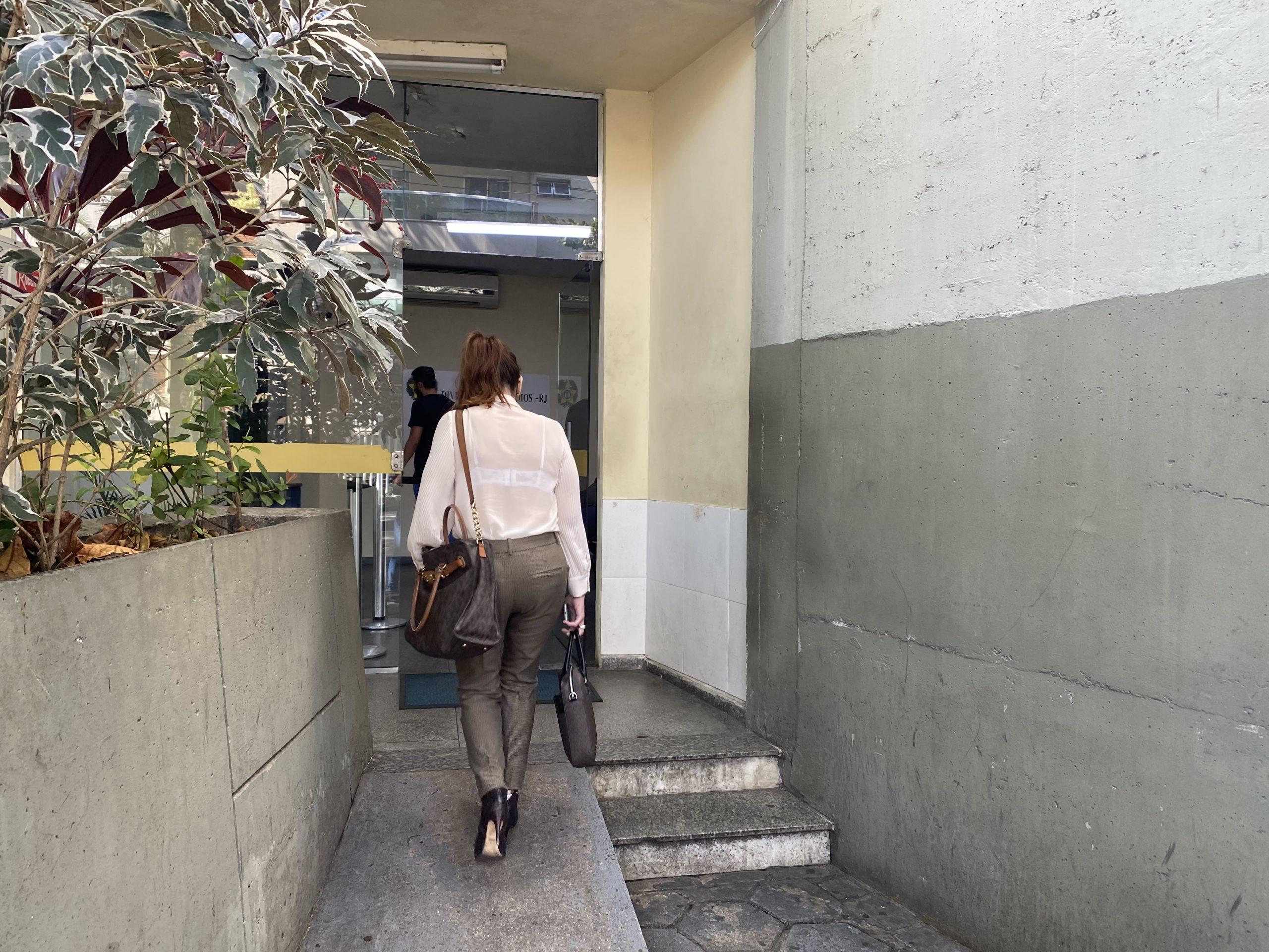 Advogada de Eliane Vasconcellos chega para acompanhar oitiva