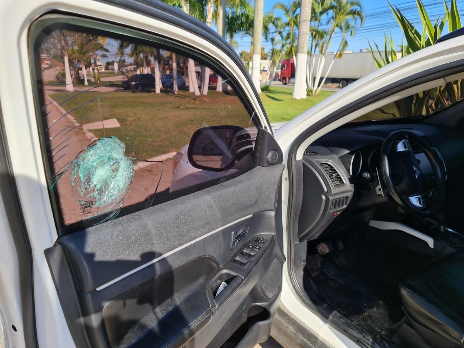 Carro de jornalista atingido por disparos