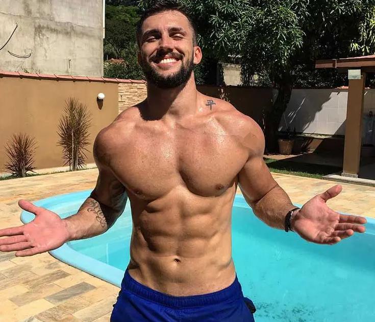 Arhtur Picoli posando sem camisa na piscina