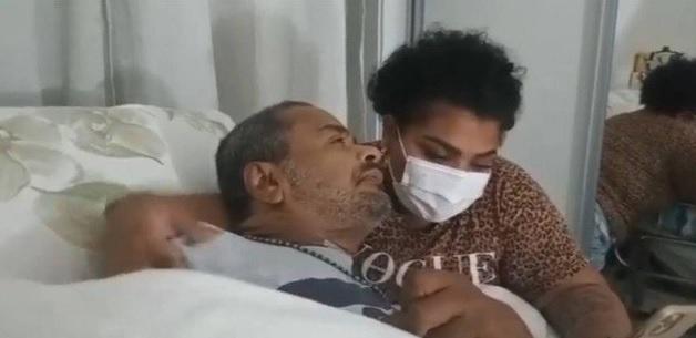 Flora lendo recados de fãs para o pai, Arlindo Cruz deitados na cama