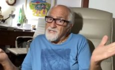 Ary Fontoura sentado na cadeira