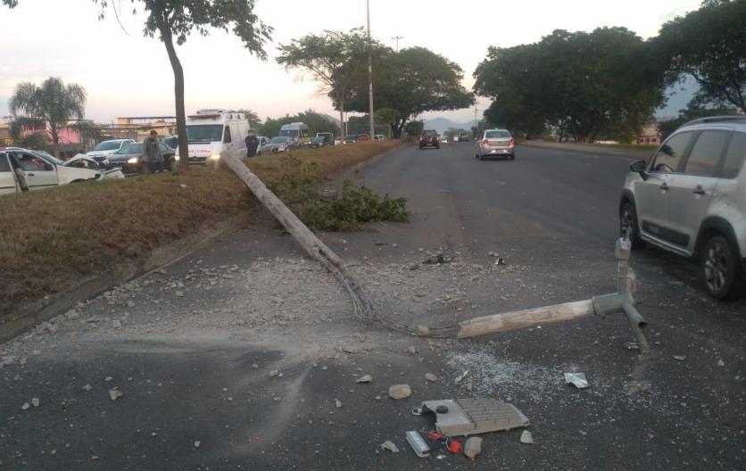 Poste caído na Avenida Brasil