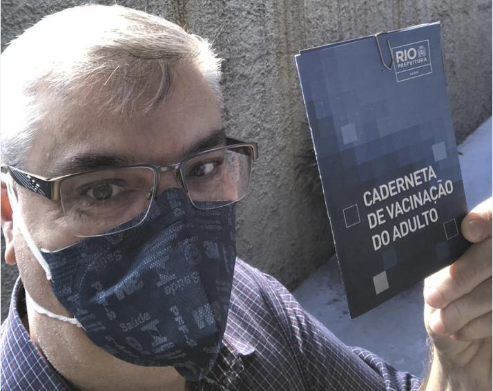 Alexandre Ferreira com a carteira de vacinação
