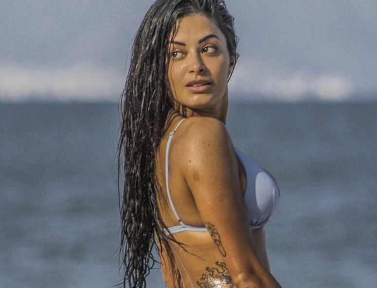 Aline Riscado na praia