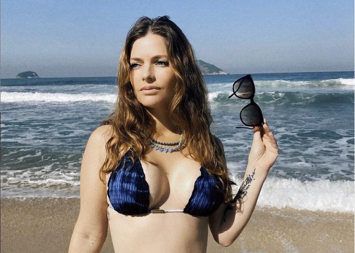 Ana Paula Tabalipa de biquíni na praia