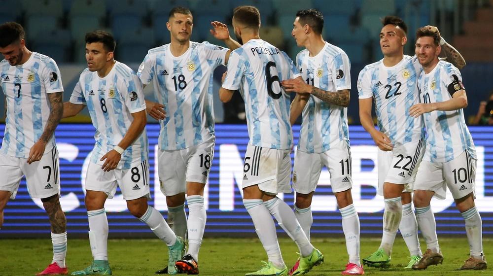 Jogadores da Argentina comemoram gol contra a Colômbia