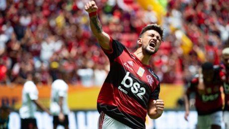 Arrascaeta comemorando gol