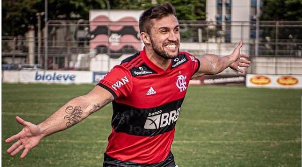 Ex-BBB Artur Picoli com a camisa do Flamengo