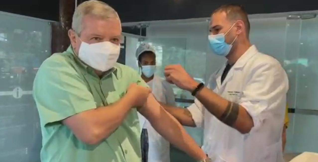 [VÍDEO] Prefeito de Niterói toma a primeira dose da vacina contra a Covid-19