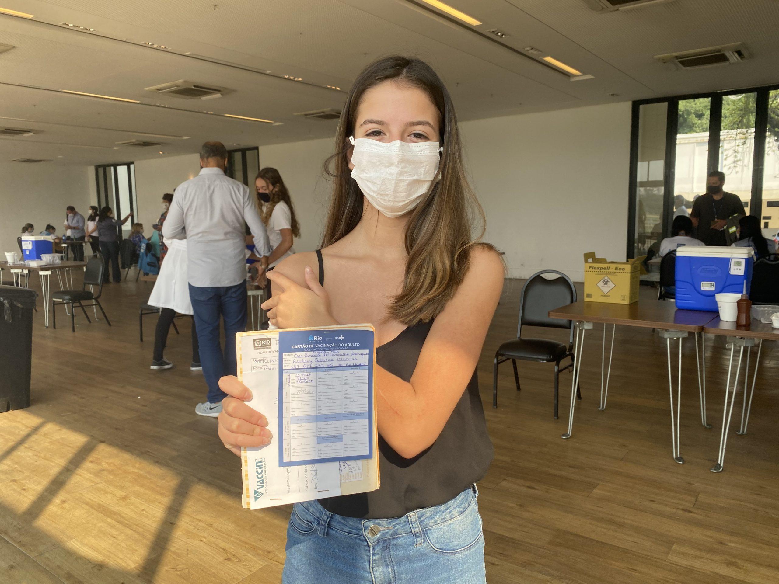 Beatriz Vieira, 14 anos, vacinada contra covid