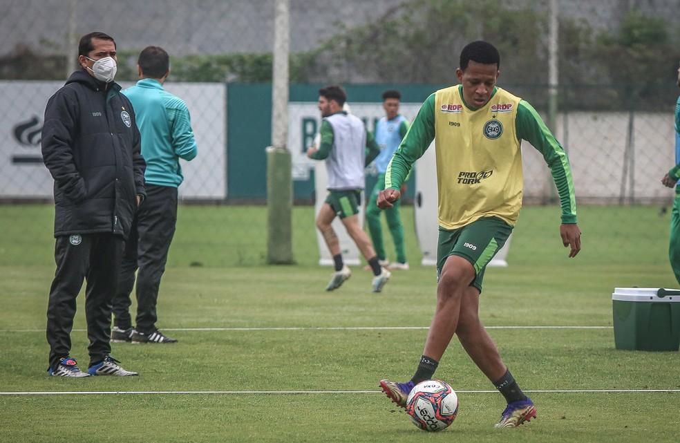 Gustavo Bochecha está regularizado e já pode estrear pelo Coritiba