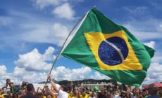 Bolsonaro desobedece isolamento e participa de ato pró-governo em Brasília