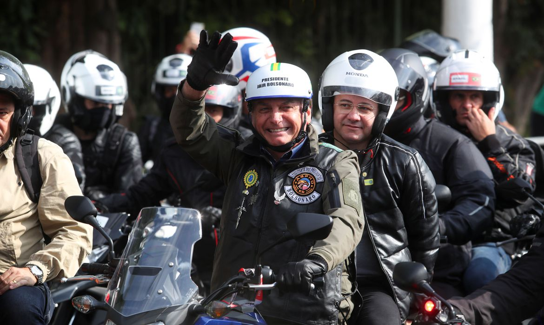 Presidente Bolsonaro participa de manifestação com motociclistas sem máscara na cidade de São Paulo