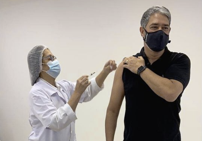 William Bonner sendo vacinado contra Covid-19