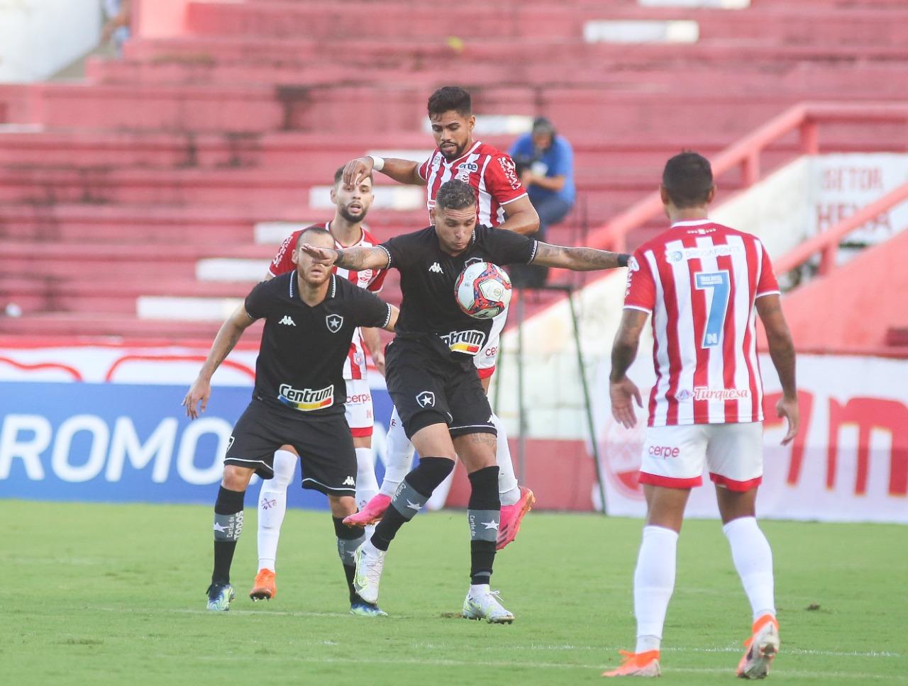 Disputa de bola durante a partida entre Botafogo e Náutico