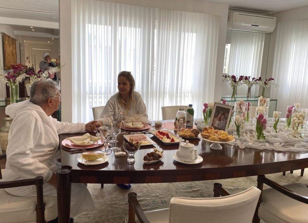 Carlos Alberto de Nóbrega tomando café com a esposa Renata Domingues