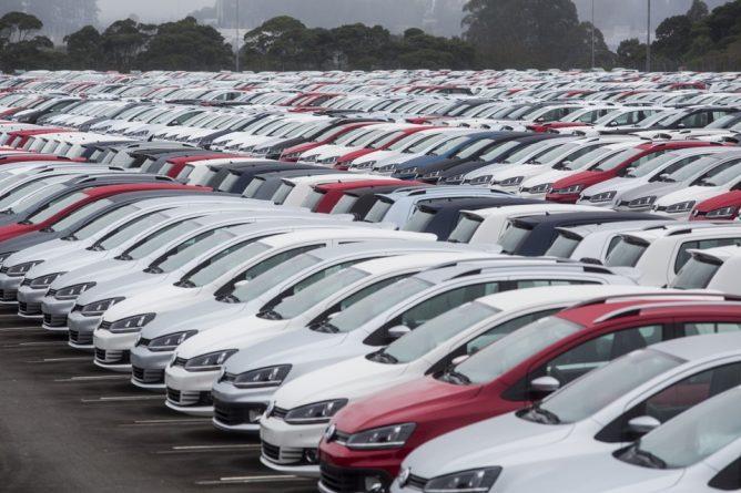 Imagem de vários veículos estacionados em um pátio