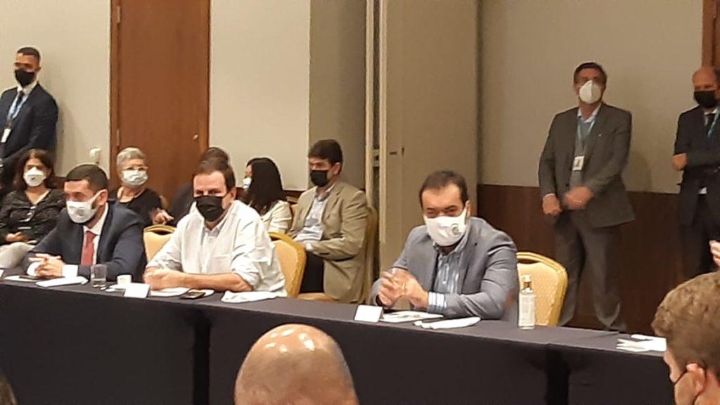 Imagem do Governador Cláudio Castro e do prefeito Eduardo Paes na Reunião dos prefeitos na Barra.