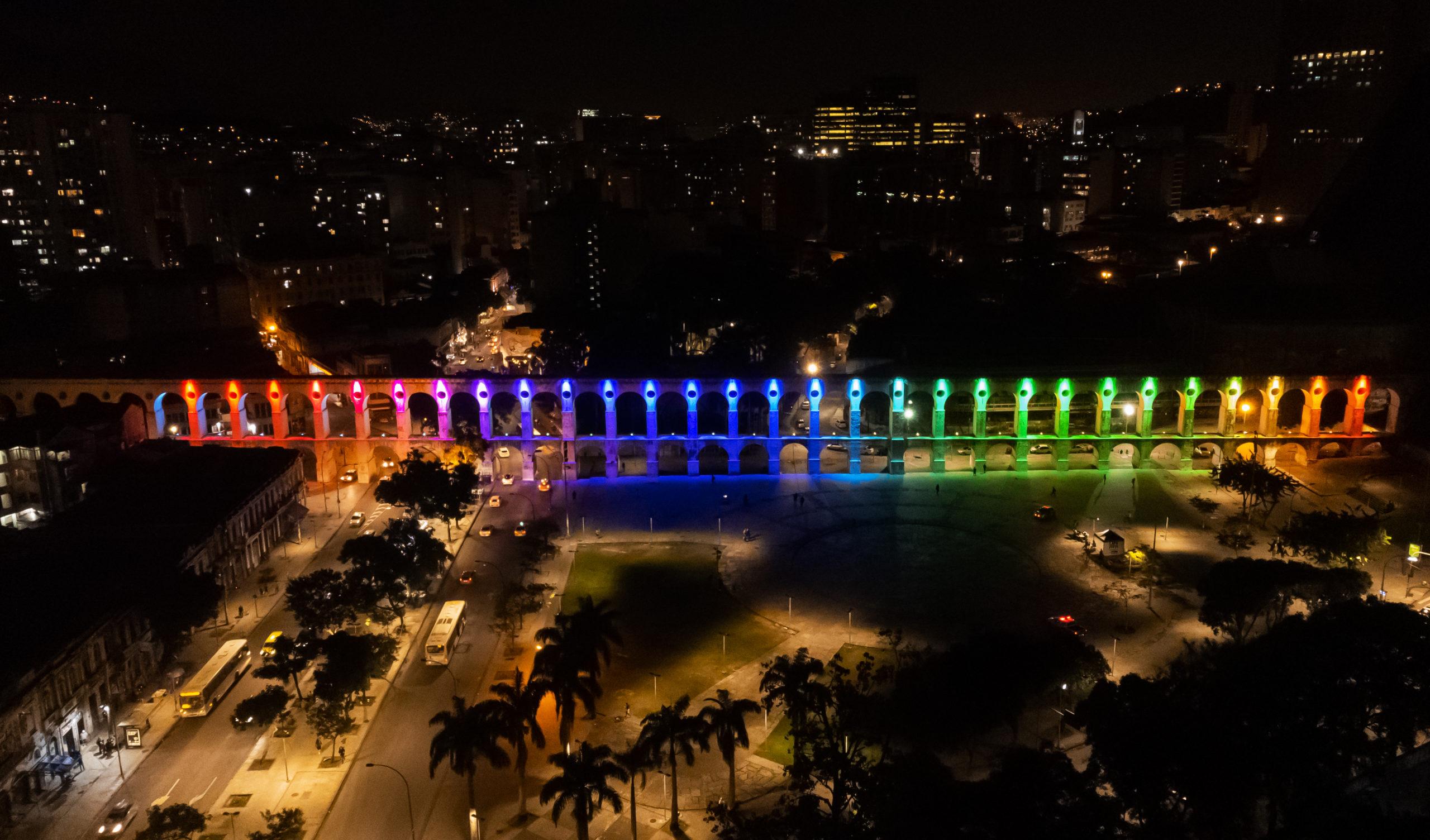 Arcos da Lapa iluminado com cores do arco-íris
