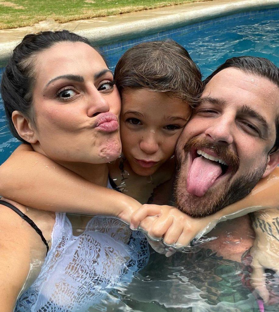 Cleo Pires e Leandro D'Lucca na piscina com o filho dele, Gael