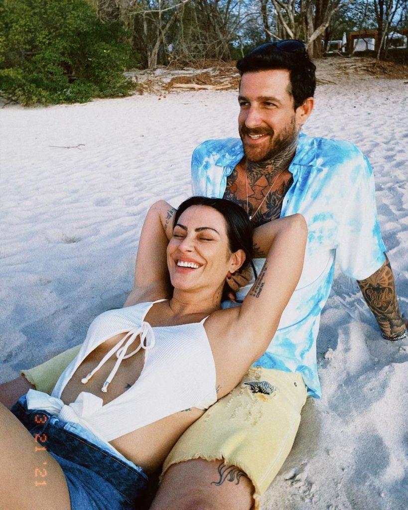 Cleo Pires e Leandro D'Lucca deitados na praia