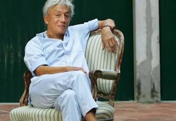 Clodovil Hernandes sentado na cadeira