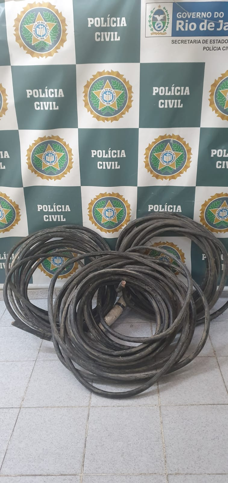 Cabos da rede de telefonia apreendidos pela polícia