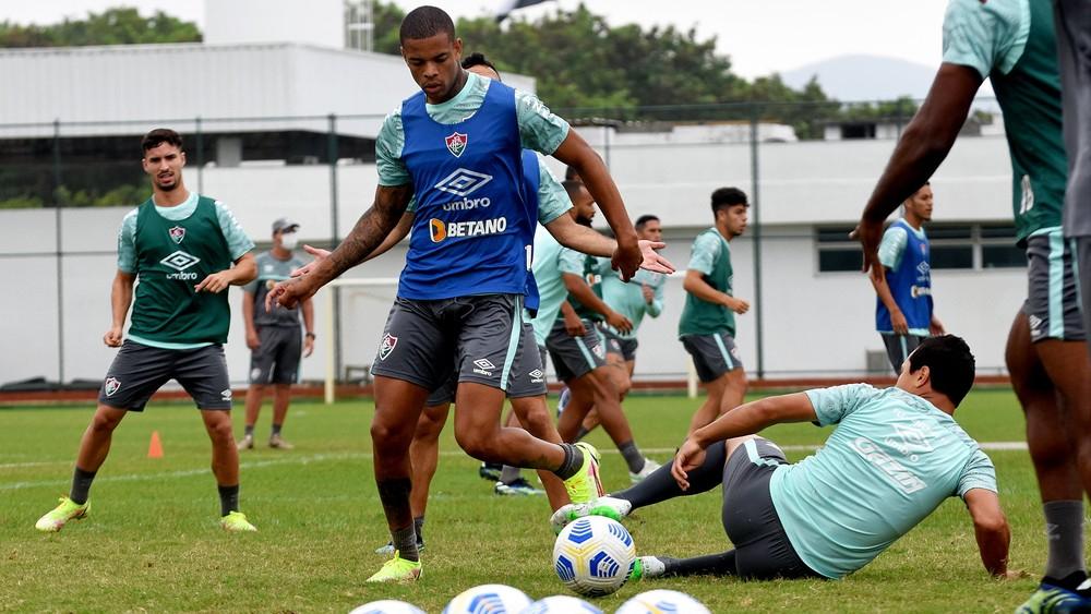Caio Paulista no treino disputando bola