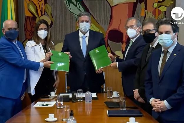Imagem de Paulo Guedes e Flávia Arruda entregando a Reforma Tributária a Arthur Lira