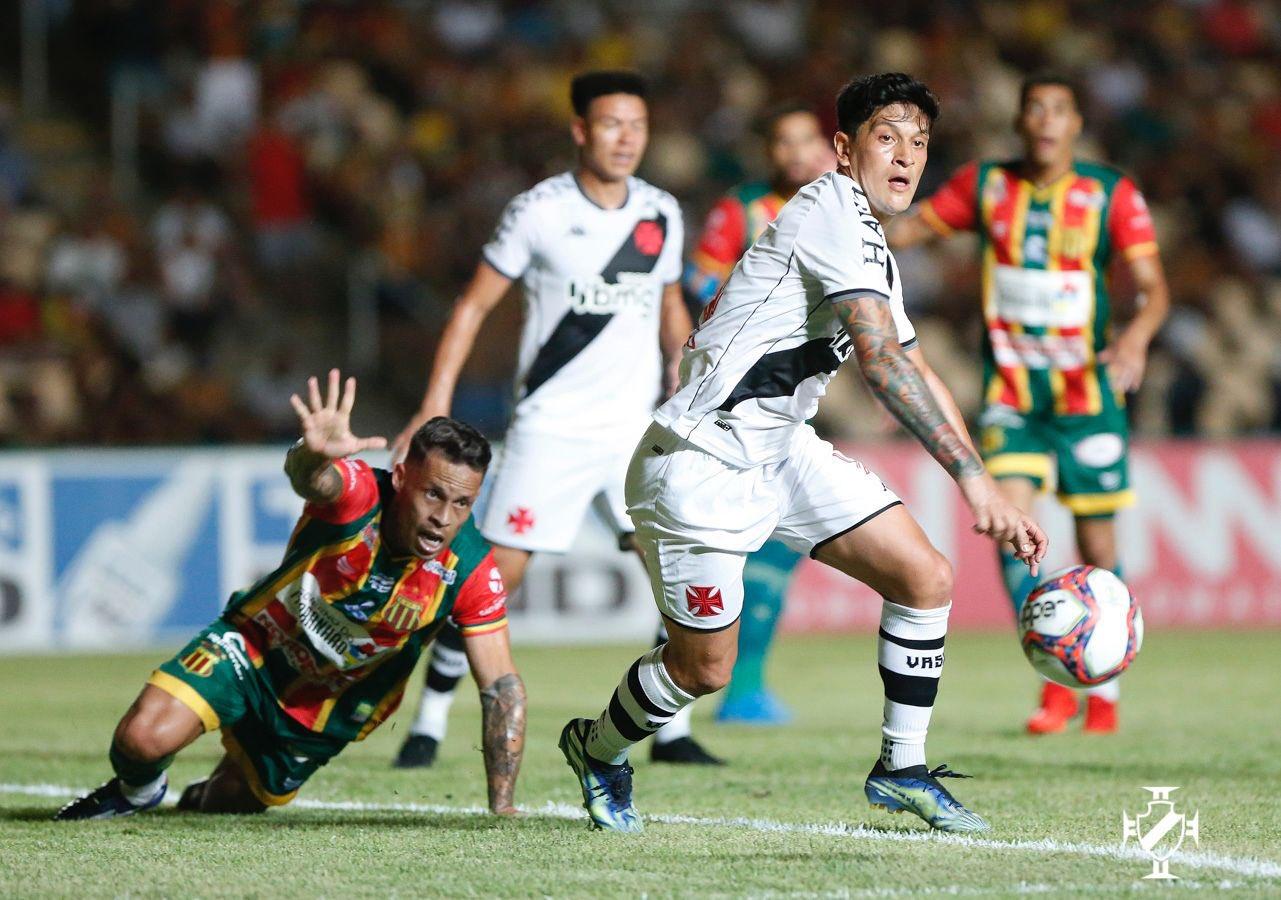 Cano disputa bola com jogador do Sampaio Corrêa