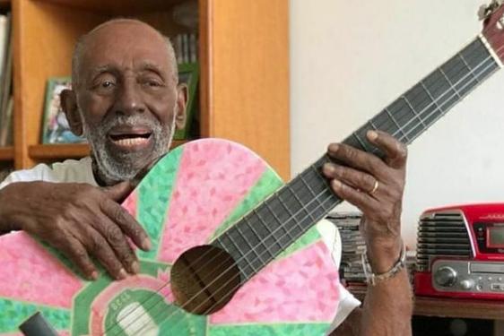 Cantor e compositor Nelson Cardoso tocando violão
