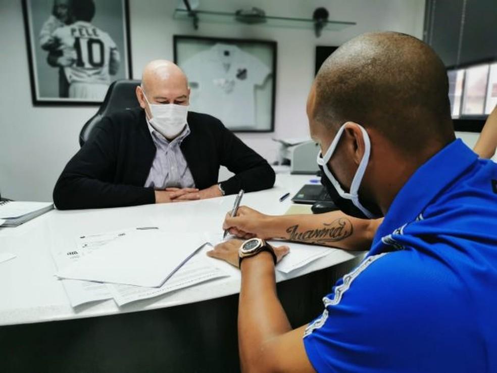 Carlos Sánchez assinando contrato de renovação com Santos
