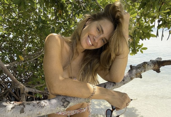 Carolina Dieckmann posa de biquíni aos 42 anos
