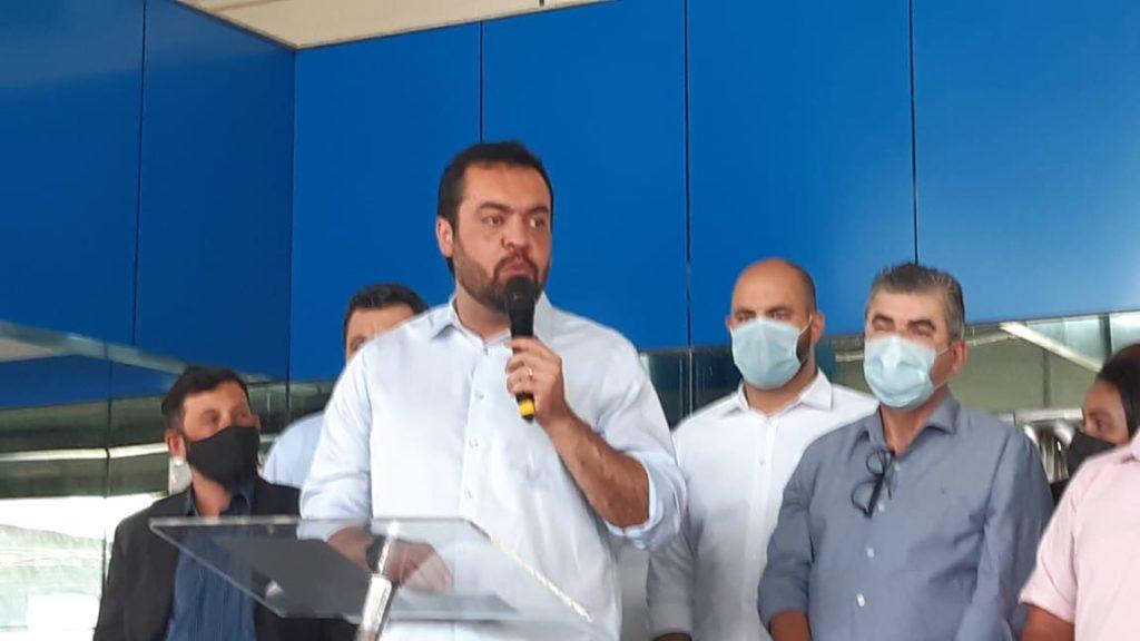 Imagem de Cláudio Castro discursando em Caxias