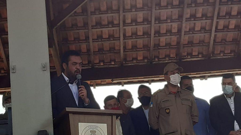 Cláudio Castro discursando na Escola de Bombeiros em Guadalupe