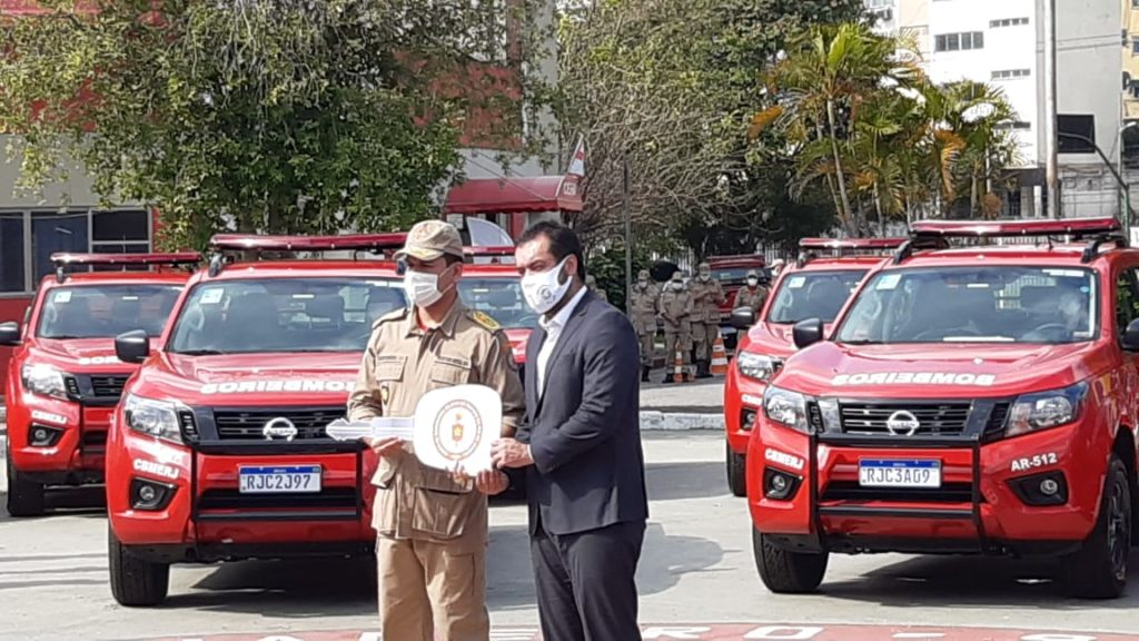 Imagem do governador Cláudio Castro e do comandante do Corpo de Bombeiros na entrega de viaturas