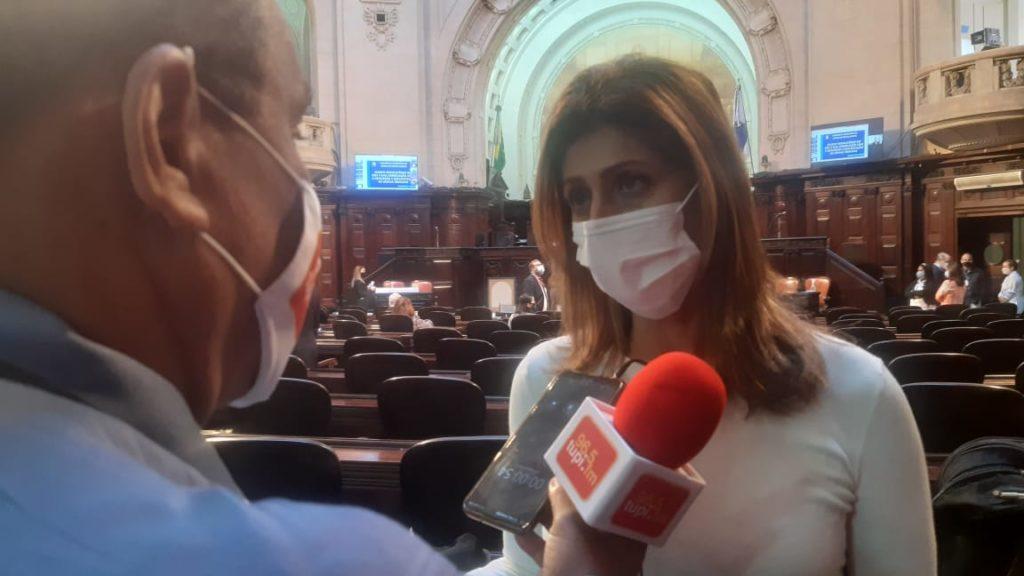 Imagem da deputada Célia Jordão sendo entrevistada na Alerj pelo repórter Marcos Antonio de Jesus