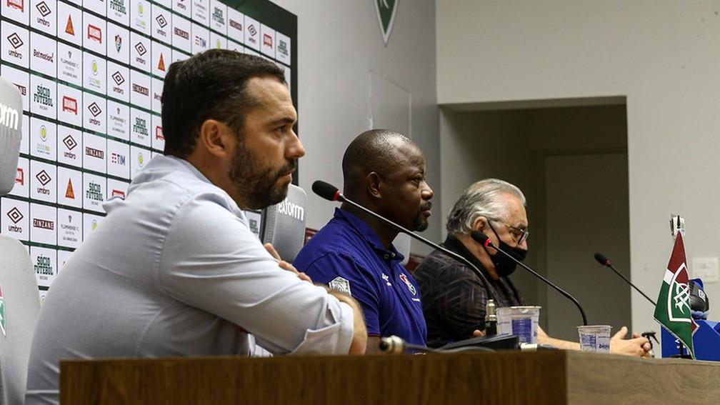 Mário Bittencourt na mesa da coletiva ao lado do Marcao e do Paulo Angioni