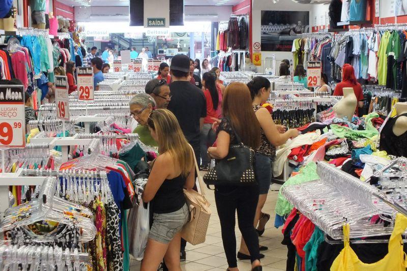 pessoas dentro de uma loja