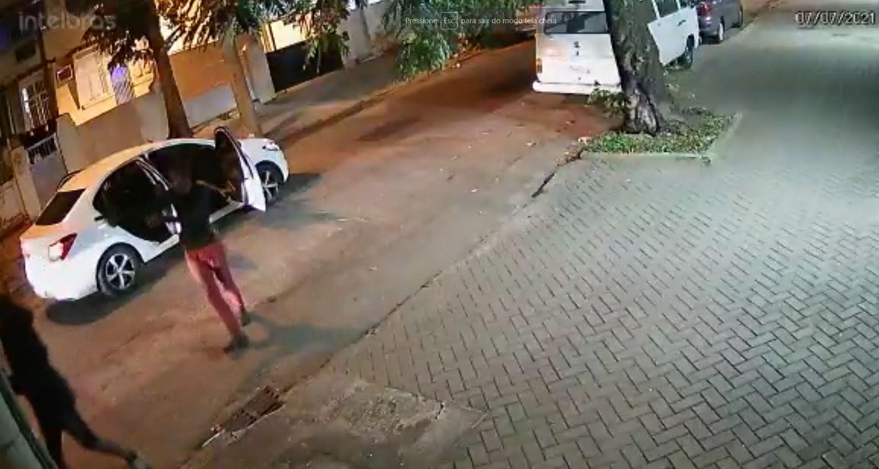 Criminosos fecham rua da Zona Norte do Rio para roubar motoristas e pedestres (Divulgação)