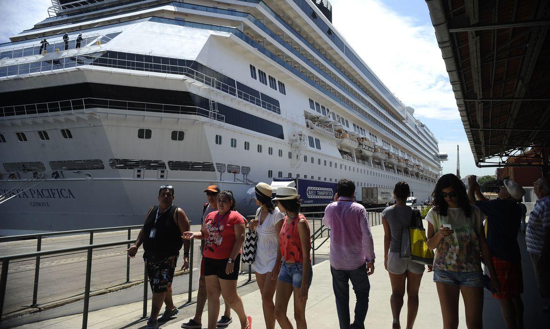 Transatlântico trazendo turistas para o Reveillon de Copacabana