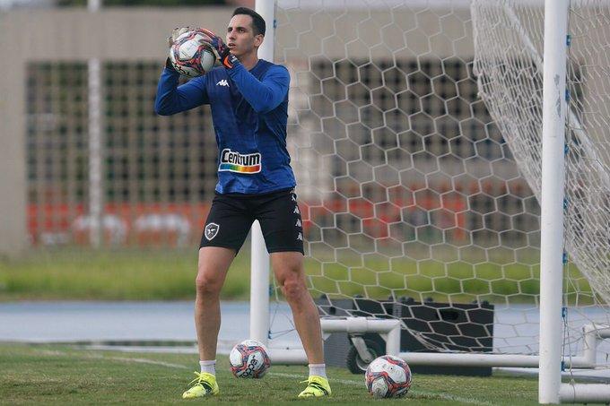 Gatito treinando com bola pelo Botafogo