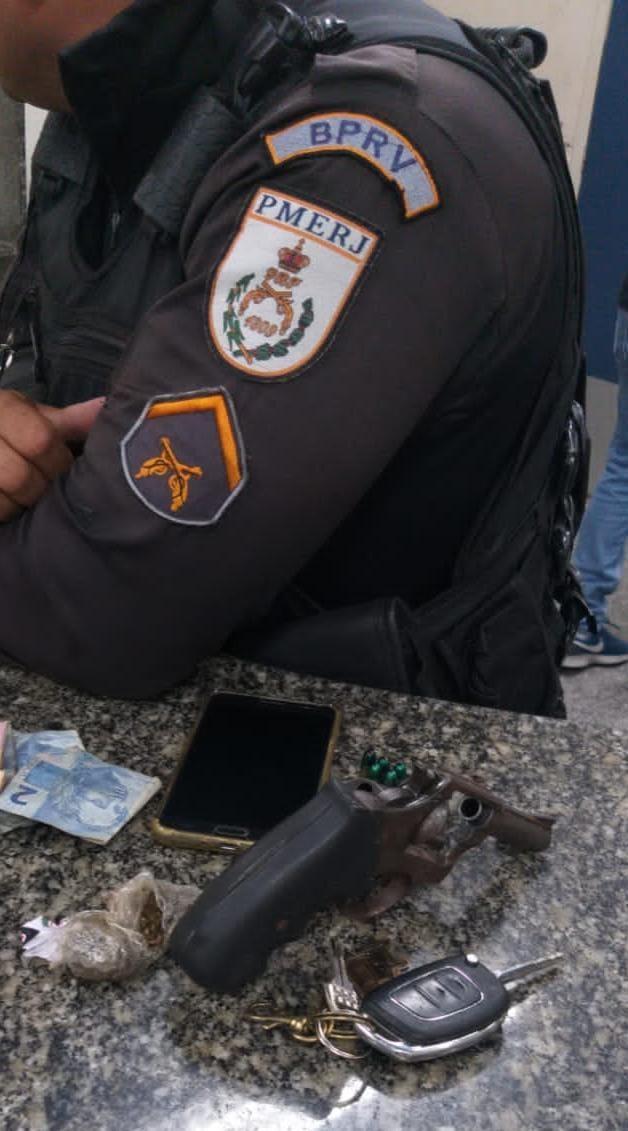 policial com arma apreendida