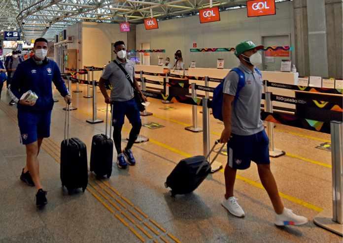 Delegação do Fluminense volta ao Rio em silêncio após eliminação na Copa do Brasil