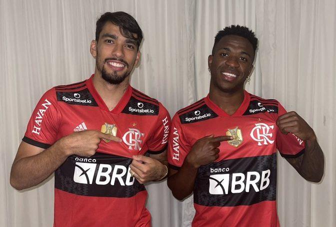 Lucas Paquetá e Vinícius Junior com a camisa do Flamengo